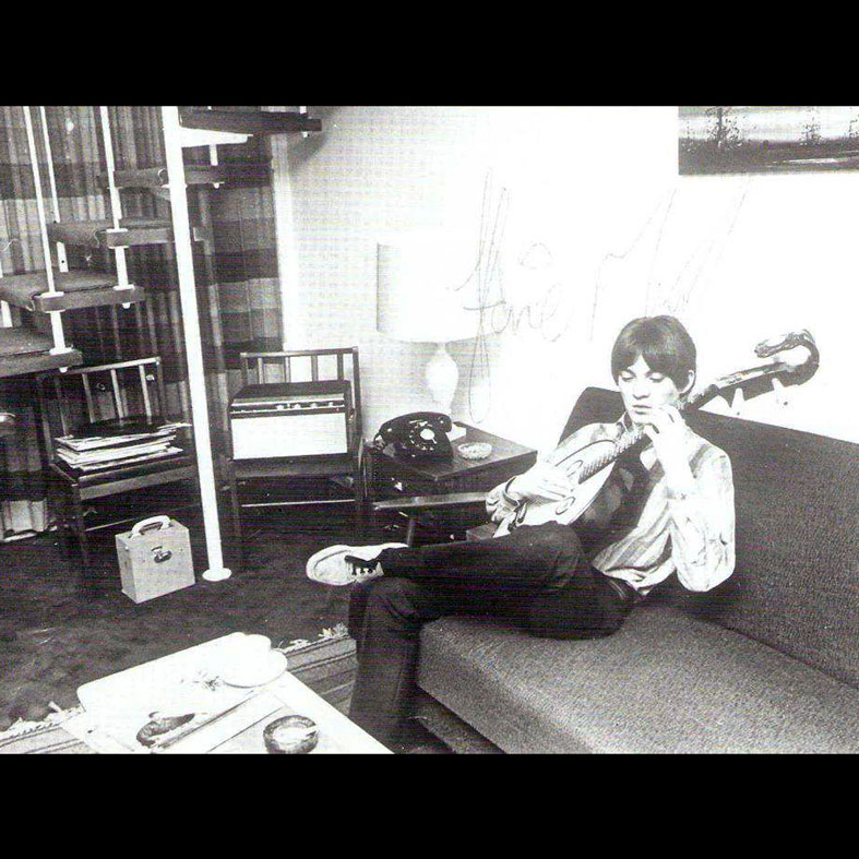 Steve Marriott, lounging with the ruan